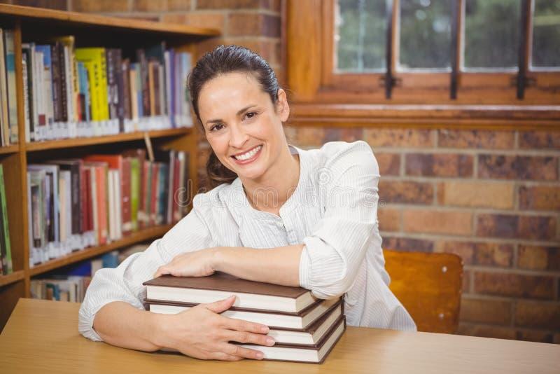 Lärare som rymmer stora böcker royaltyfri bild