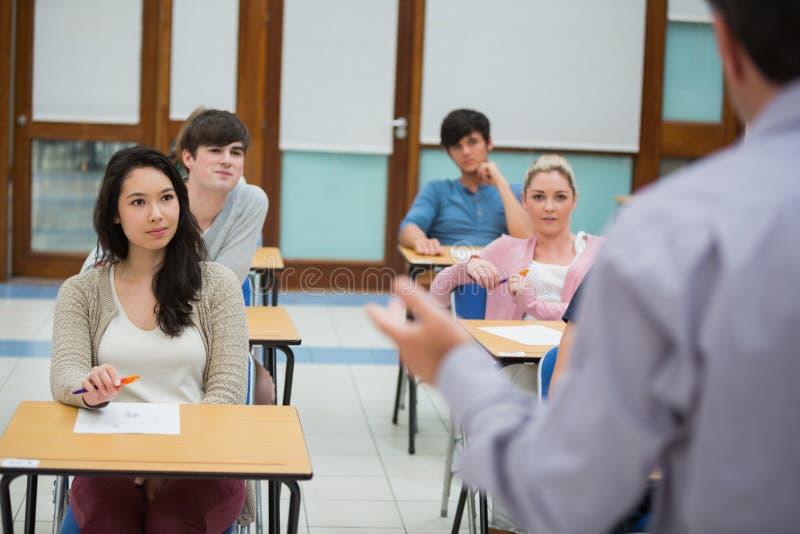 Lärare som talar till gruppen royaltyfria foton