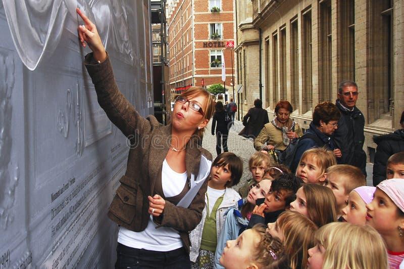 Lärare som vägleder hennes elever i en fälttur royaltyfri fotografi