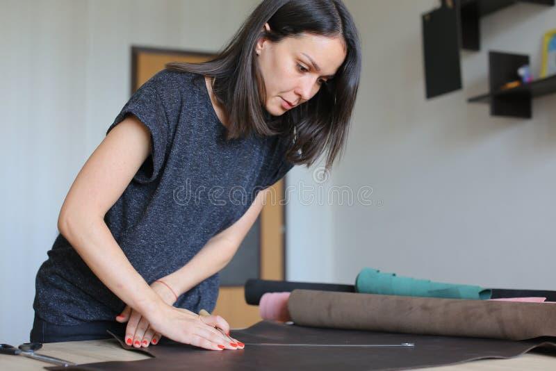 Lärare som visar studenter hur man arbetar med läder arkivfoton