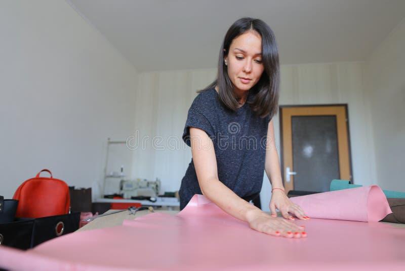 Lärare som visar studenter hur man arbetar med läder fotografering för bildbyråer