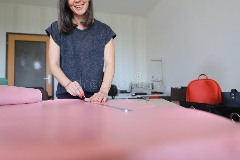 Lärare som visar studenter hur man arbetar med läder royaltyfria foton