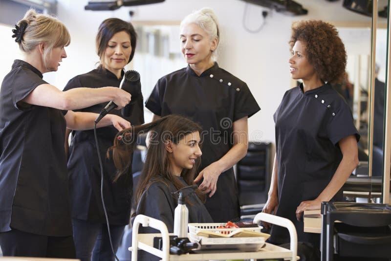 Lärare Training Mature Students i frisering arkivbilder