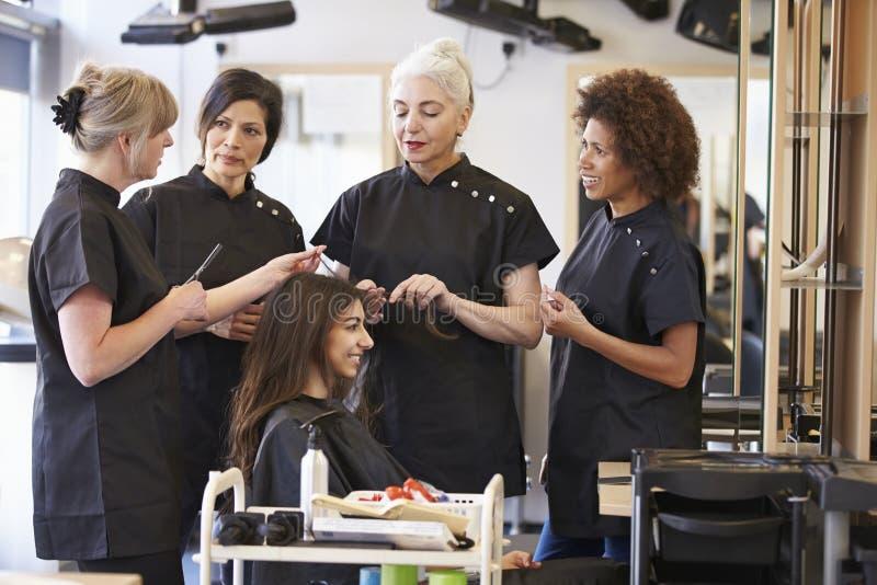 Lärare Training Mature Students i frisering royaltyfri bild