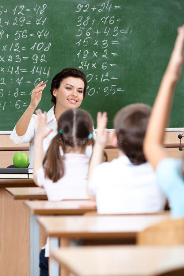 Lärare väljer elever för att svara frågan royaltyfri foto
