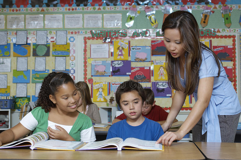 LärareAnd Students In klassrum arkivbilder