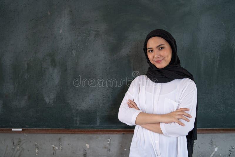 Lärareanseende på svart tavla fotografering för bildbyråer