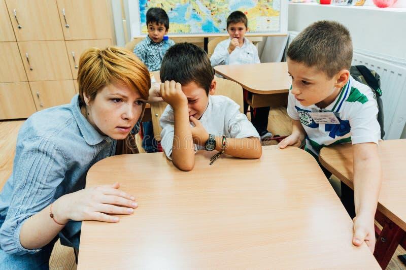Lärarekomfortskolpojke royaltyfria foton
