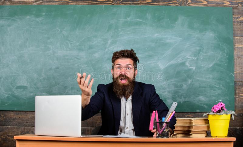 Läraren undrade låga nivån av kunskap Vad är dig som omkring talar Otrevlig under Vilken dumma tanke Uppsökt man fotografering för bildbyråer