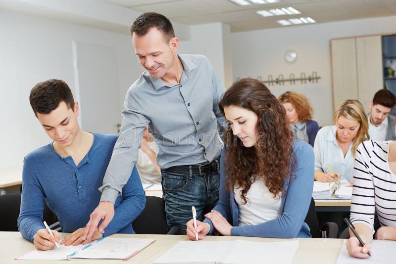 Lärareportioneleven skolar in royaltyfria foton