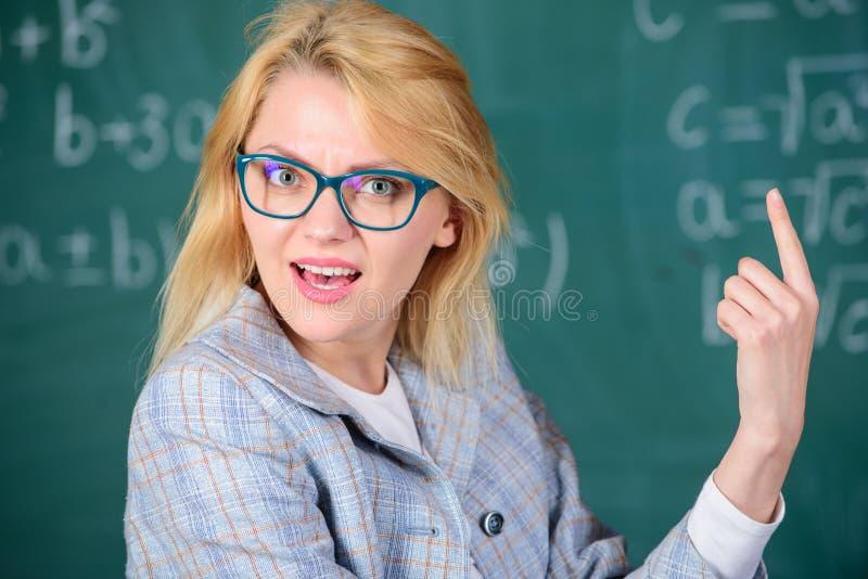 Lärareunder om resultat Lös matematikuppgiften Vet du hur lös den uppgift Glasögon för kvinnakläder ilar royaltyfria foton