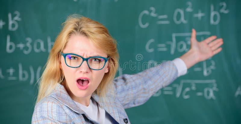 Lärareunder om resultat Lös matematikuppgiften Vet du hur lös den uppgift Grundläggande kunskap för skolutbildning arkivfoton