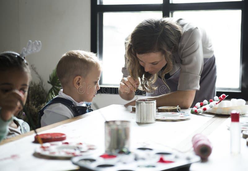 Lärarevisning hur man dekorerar jul royaltyfri fotografi