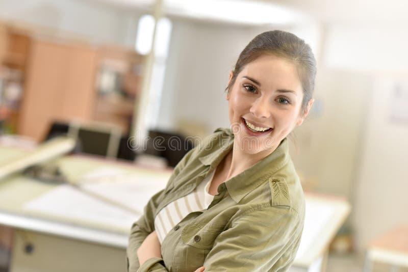 Lärling för ung kvinna på kontoret fotografering för bildbyråer