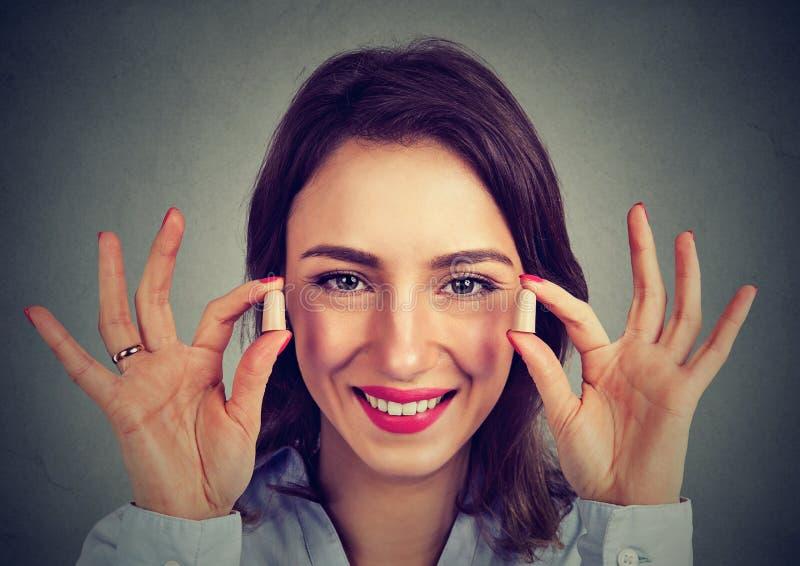 Lärmbekämpfung Frau, die Ohrenstöpsel hält stockfotos