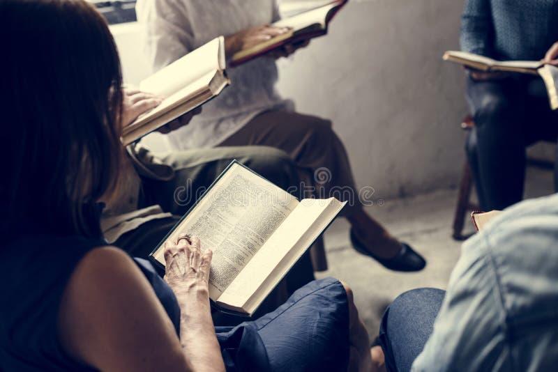 Läs- bibel för gruppkristendomenfolk tillsammans royaltyfria foton