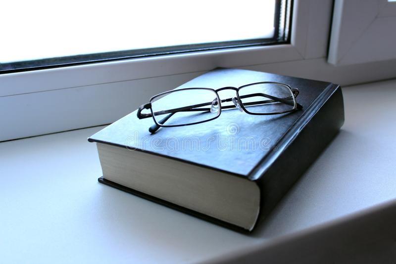 Läs boken är på fönsterbrädan arkivbild