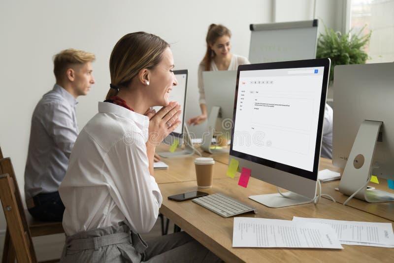 Läs- email för lycklig motiverad affärskvinna som är upphetsad vid goda nyheter arkivbilder
