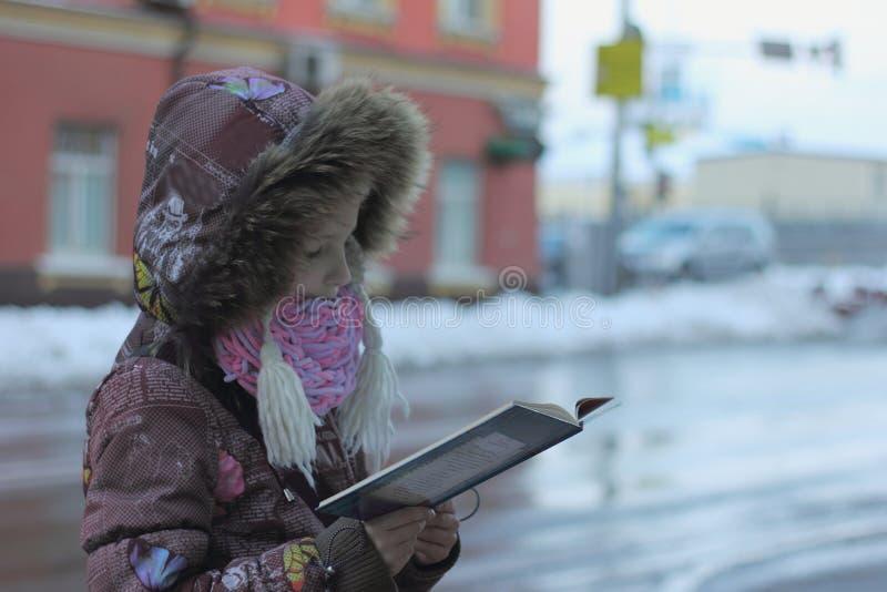 Läs en bok i staden arkivbild
