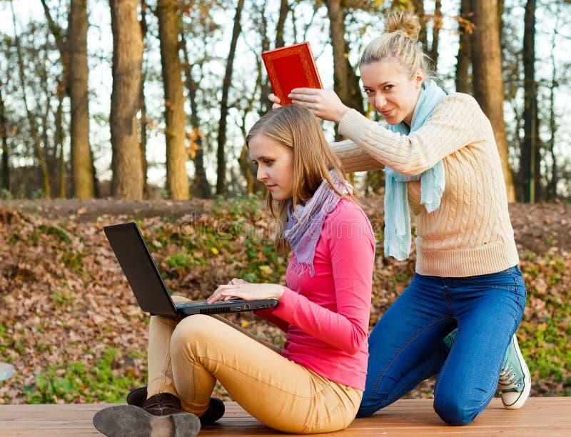 Läs en bok, inte internet! royaltyfri fotografi