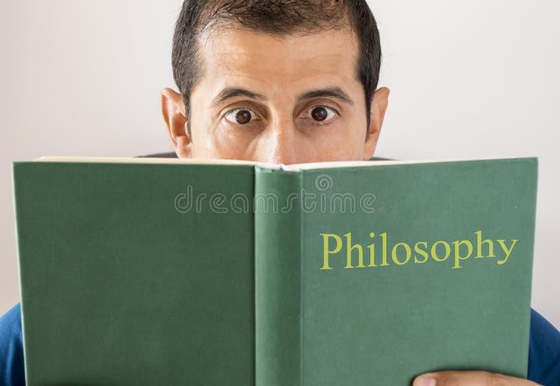 Läs- filosofi för man royaltyfri fotografi