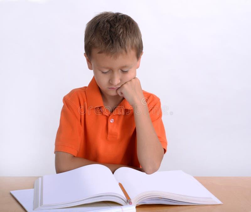 Läs- läxa för pojke royaltyfri foto