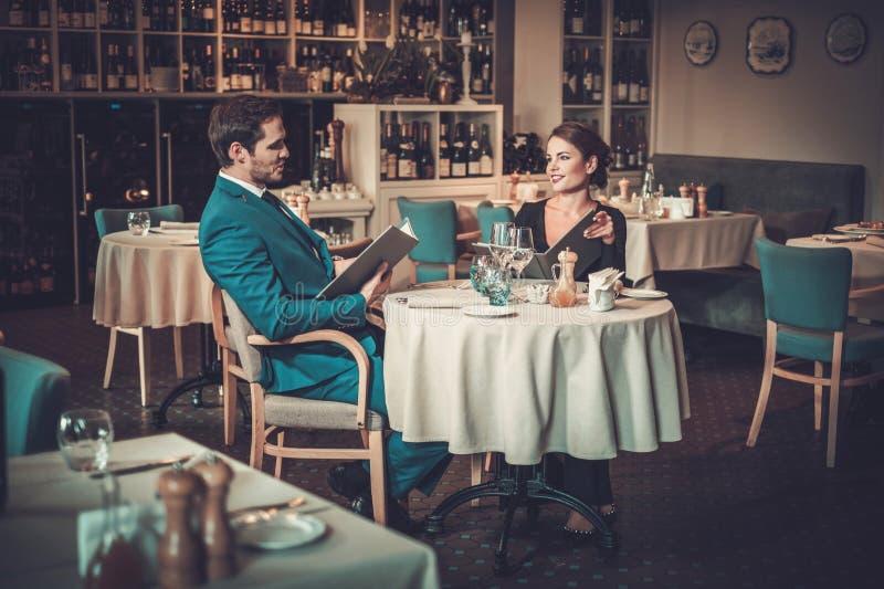 Läs- meny för par i en restaurang royaltyfria foton