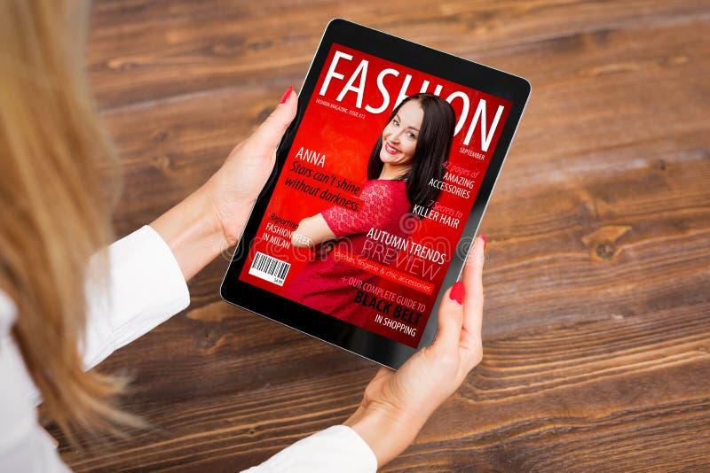 Läs- modetidskrift för kvinna på minnestavlan arkivbilder