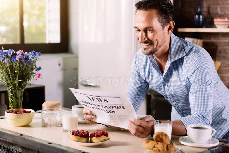 Läs- nyheterna för man i morgonen royaltyfria bilder
