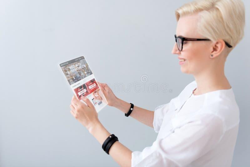 Download Läs- Nyheterna För Positiv Kvinna Fotografering för Bildbyråer - Bild av begrepp, befordran: 78729241