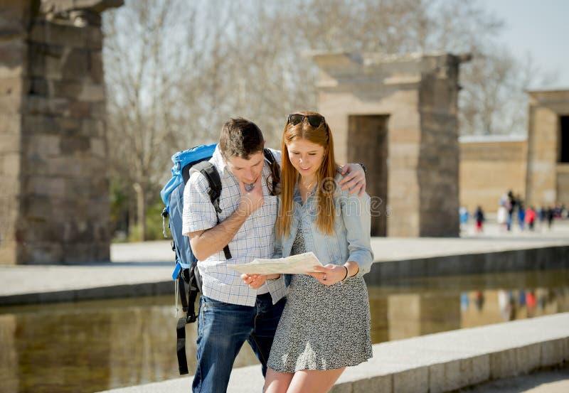 Läs- stadsöversikt för amerikansk student och för turist- par i turismbegrepp arkivbild