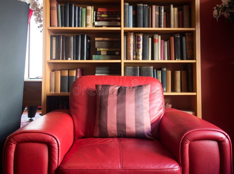 Läs- stol för rött läder royaltyfri bild