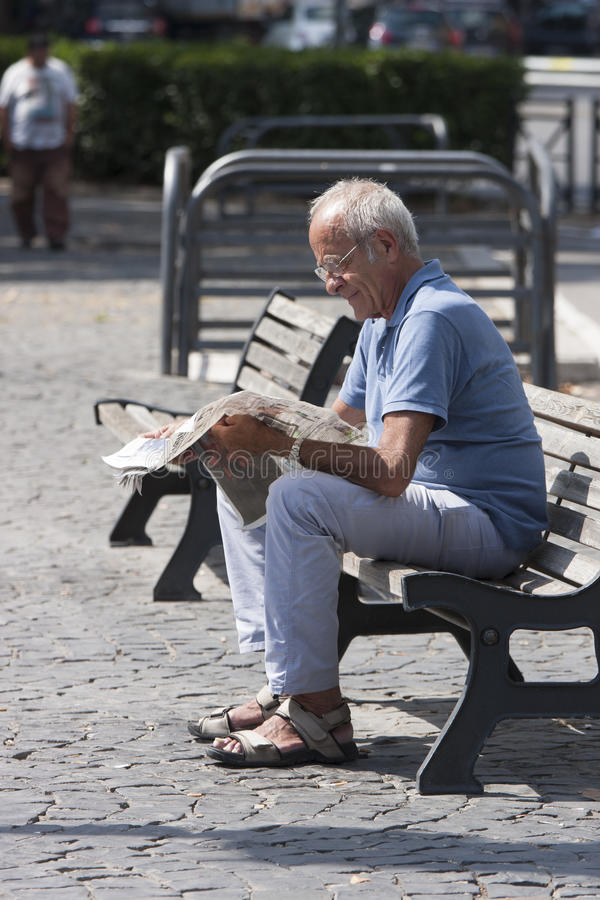 Läs- tidning för äldre man royaltyfria foton