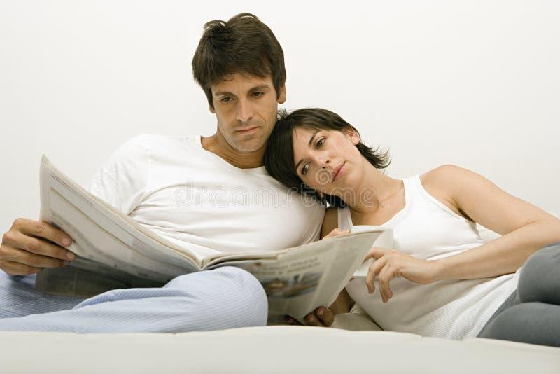 Läs- tidning för par royaltyfri foto