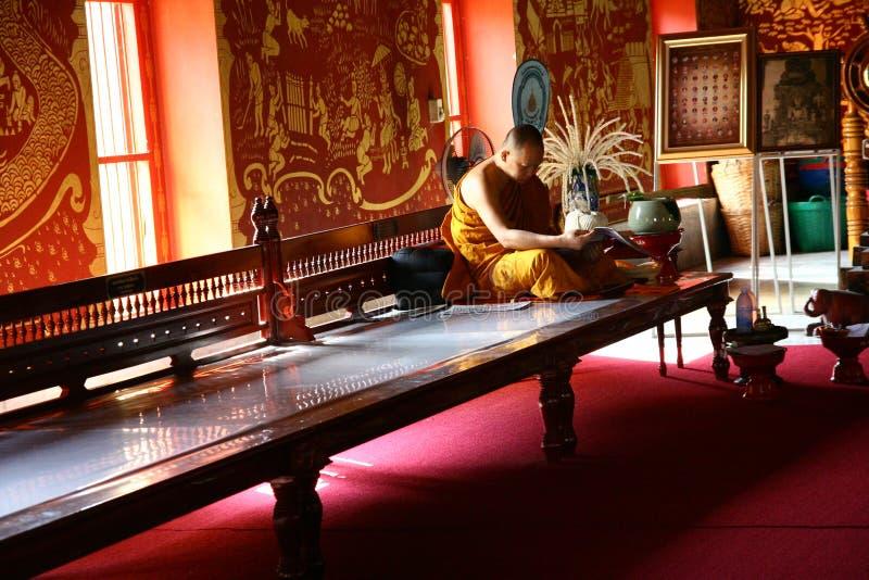 Läs- tidskrift för Buddist munk fotografering för bildbyråer