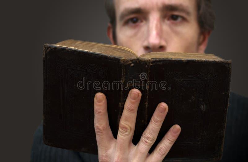 Läsa bibeln royaltyfria bilder