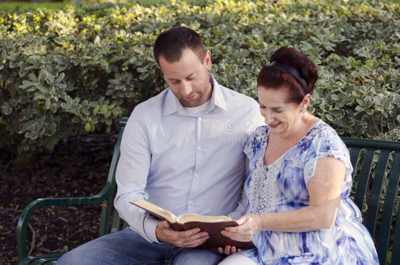 Läsa bibeln tillsammans arkivfoto