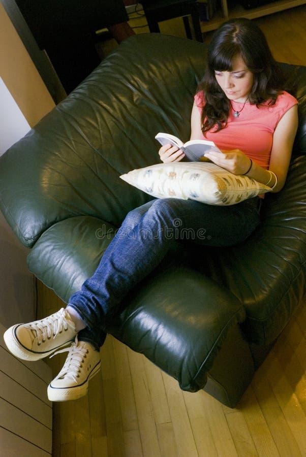 läsa den avslappnande kvinnan arkivfoto
