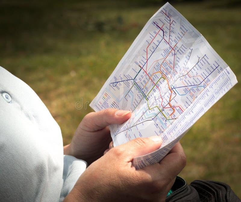 Läsa den London röröversikten arkivbild