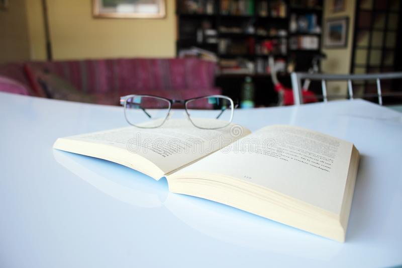 Läsa en objektbok i förgrunden arkivbilder