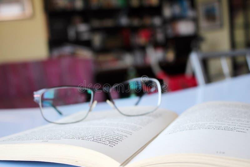 Läsa en objektbok i förgrunden royaltyfri fotografi