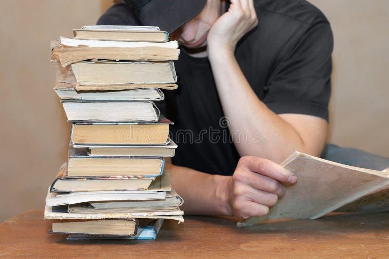 Läsa en tråkig bok arkivbild