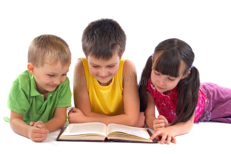 läsa för bokbarn royaltyfria foton