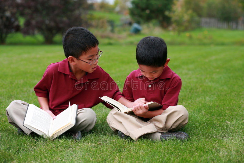 läsa för pojkar royaltyfri foto