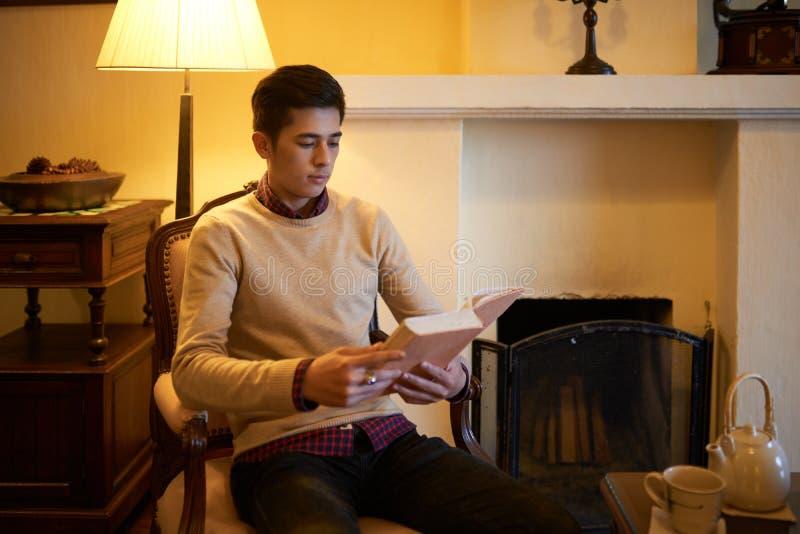 Läsa i afton royaltyfri foto