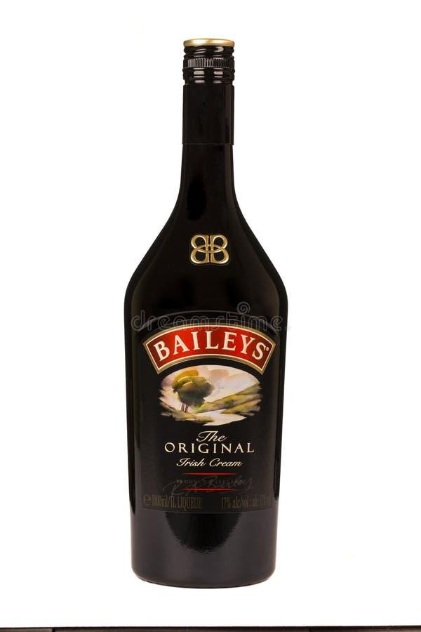 LÄSA MOLDAVIEN APRIL 7, 2016: Borggårdirländarekräm är en irländsk whisky och enbaserad likör som göras av Gilbeys av Irland _ royaltyfria bilder