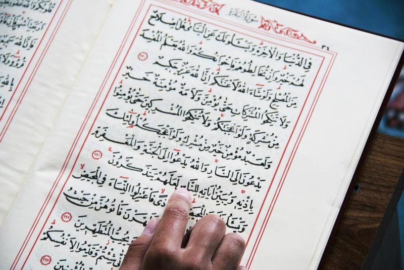 Läsa quranen royaltyfri bild