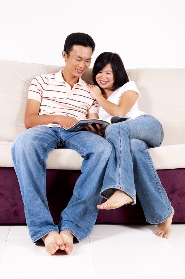 Läsa tillsammans. royaltyfri foto