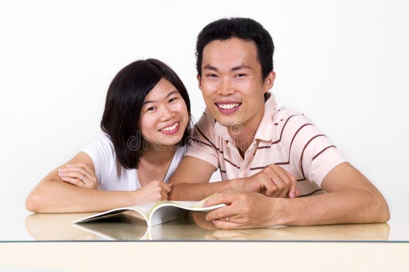 Läsa tillsammans. arkivfoto
