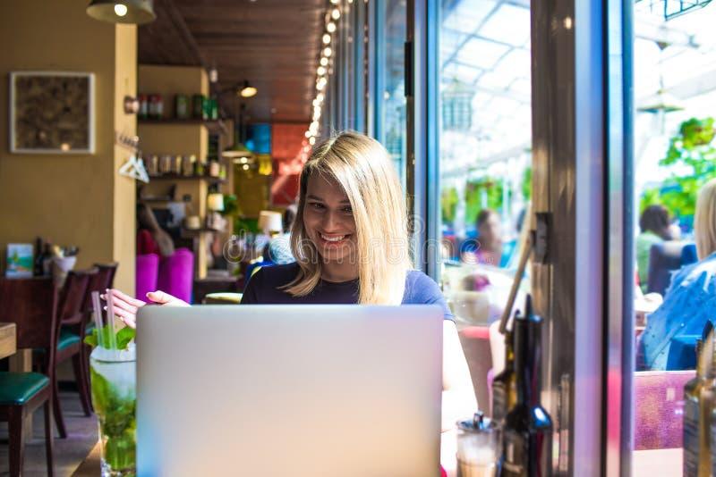 Läsande goda nyheter för lycklig kvinnaavståndsarbetare i mejl via bärbar datordatoren royaltyfria bilder